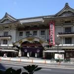 車窓からは歌舞伎座なども見られます