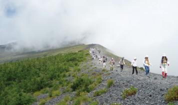 【はとバスで行く】圧倒的な迫力の火口を望む!富士山のでっぱり宝永山火口トレッキング